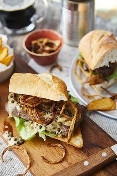 Steak szendvics zöldbors mártással és lyoni hagymával   Street Kitchen Steak, Hot Dog, Sandwiches, Food And Drink, Pizza, Cooking, Ethnic Recipes, Kitchen, Music