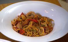 Com camarões, lula e polvo, prato é típico das regiões próximas à praia