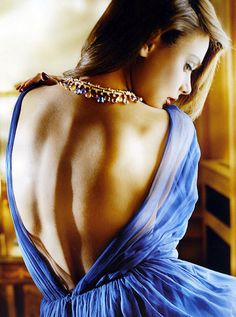 This dress is gorgeous but the photoshopping on her back is aweful.