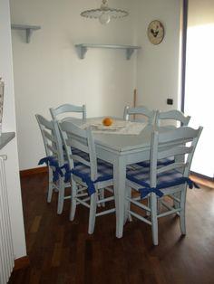 Tavolo in frassino con finitura azzurro consumato.