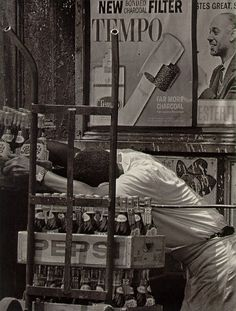 Roy DeCarava was an American photographer who grew up in Harlem and spent most of his career photographing blac. African American Artist, American Artists, Vintage Photography, Fine Art Photography, Harlem History, Roy Decarava, Fosse Commune, Black White Photos, Black And White