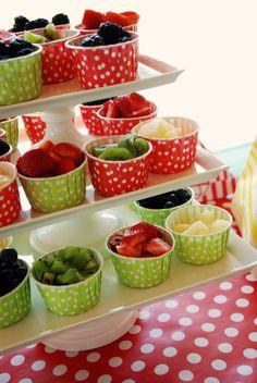 Potinho de frutas. Pode colocar um tipo de fruta em cada ou misturar. Coloque mel e granola a parte para os convidados.