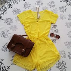 Macaquinho feminino curto amarelo com manga curta e renda na barra, combinado com bolsa sachel carteiro Mônica Croisfelt® 11'' transversal de couro, este item disponível na loja www.monicacroisfelt.com.br  #fashion #moda #ootd #lookdodia