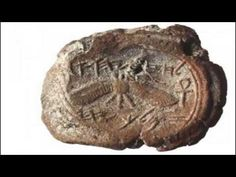 The seal of the Biblical King Hezekiah was unearthed on a trash heap near the Temple Mount in Jerusalem. The seal shows a winged sun with two life symbols, called ankhs, on either side. Kings Of Israel, 12 Tribes Of Israel, Archaeological Discoveries, Archaeological Finds, Torah, King Hezekiah, Cultura Judaica, Israel History, Jewish History