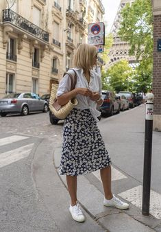 From Topshop to Gucci, These 11 Summer It Skirts Are Killing Off Jeans - Sommer Kleider Ideen Stylish Summer Outfits, Spring Outfits, Casual Outfits, Summer Skirt Outfits, Midi Skirt Outfit Casual, Summer Weekend Outfit, Parisian Style Fashion, Mode Outfits, Fashion Outfits