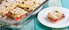 Heerlijk bakrecept voor friszure rabarbercrumble in combinatie met zoete dadels