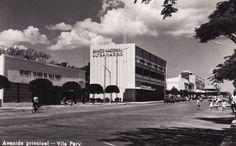 Uma rua em Vila Pery e o Banco Nacional Ultramarino, 1960.