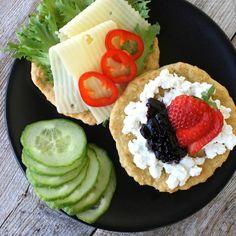 8 sunne tips til helgefrukosten for heile familien🍓 #swipe👆🏻 les meir på bloggen idag😊 sallad ost paprika macka keso sylt bär gurka