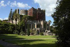Bueno, el Castillo Huntington es una construcción medieval enclavada en 50 acres de hermosos jardines surcados de senderos y bordeado por los ríos Slaney y Derry.