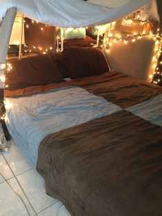 Spice up date night with this creative at home date idea! Go on a mini getaway at home with your spouse to break away from the norm and spend quality time together. 1st Date Ideas, Cheap Date Ideas, Home Date Ideas, At Home Dates, Date Night Dinners, At Home Date Nights, Romantic Surprise, Home Budget, The Perfect Getaway