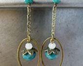 Boucles d'oreille intemporelles ovales bleues et blanches : Boucles d'oreille par atelier-du-quotidien