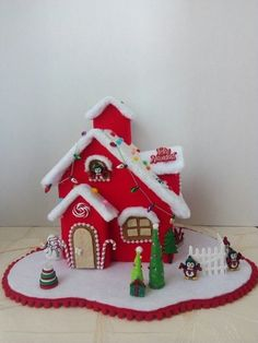 Villa navideña diseño del El Taller de Pili Christmas Gingerbread House, Felt Christmas Ornaments, Christmas Wrapping, Christmas Baby, Rustic Christmas, Christmas Decorations, Christmas Projects, Holiday Crafts, Christmas Cake Topper