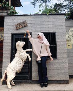 I'm suprised that actually you are sooo cute, Mr Sheep. Wohoo! I'm not scared at you anymore . Padahal di video sebelumnya lari2 dikejar & takut di gigit si biri-biri ini #nisacookievideo