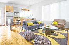 salas com sofá cinza piso de madeira
