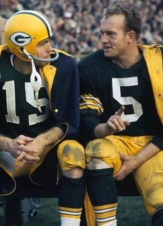 The NFL lost a good one. Bart Starr is a legend. 5 time champion and the first QB to win the Super Bowl. Nfl Football Players, Packers Football, Football Memes, Greenbay Packers, Sports Memes, School Football, Football Cards, Football Season, Nfl Memes