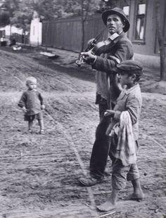 """«Existe una fotografía de Kertész (1921) que representa un modesto violinsta cíngaro, ciego, conducido por un chiquillo; ahora bien, lo que yo veo, a través de este """"ojo que piensa"""" y me hace añadir algo a la foto, es la calzada de tierra batida; la rugosidad de esta calzada rugosa me produce la certidumbre de estar en Europa central;... reconozco con mi cuerpo entero las aldeas por donde pasé en el curso de antiguos viajes...» Roland Barthes, La cámara lúcida, Barcelona, Paidós, 1990."""
