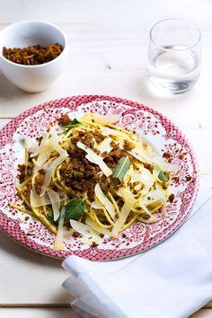 Spaghetti met pangrattato en salie