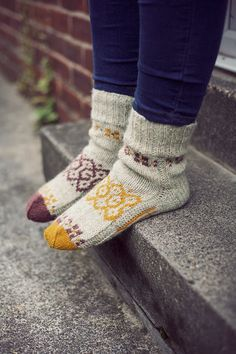 V. cute and cosy but no pattern ~ Like to think that a pattern could be adapted into another sock pattern ........ no? AJ