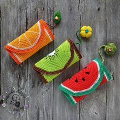 Crochet fruit Bags Nouvelles Knitting For BeginnersKnitting For KidsCrochet PatternsCrochet Ideas Crochet Wallet, Crochet Pouch, Crochet Gifts, Crochet Stitches, Crochet Fruit, Love Crochet, Knit Crochet, Crochet Fairy, Crochet Handbags