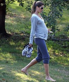 Walking the walk: Pregnant Gisele Bundchen maintains her model body as she takes a stroll barefoot in the park Gisele Bundchen, Stylish Maternity, Maternity Wear, Maternity Fashion, Bump Style, Mommy Style, Cameron Diaz, Barefoot In The Park, Hollywood Model