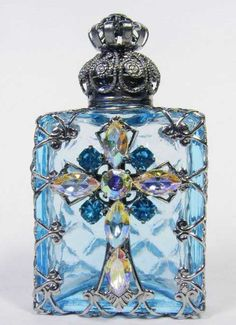 about Jeweled Ornate Vintage Silver Tone Filigree Bow Aqua Blue Perfume Bottle Czech vintage perfume bottleCzech vintage perfume bottle Perfumes Vintage, Antique Perfume Bottles, Vintage Perfume Bottles, Perfume Azul, Blue Perfume, Bottles And Jars, Glass Bottles, Objets Antiques, Glas Art