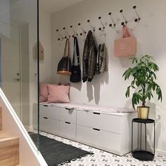 I n s p o ✨ ————— Hun her Min nesten-nabo, har det så lekkert! Sjekk denne nydelige og praktiske gangen hos flinke og morsomme @gratishaugen - - - - #interiordecor #scandinavianstyle #instahome #interiør #interior123 #skandinaviskehjem #skandinaviskahem #scandinaviandesign #hallway #gofollow #inspo #interiors #boligpluss #luxury_home #interior4you #inspirational #nordicliving #nordicinspiration