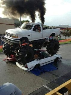 Ford mud truck blowin smoke on cars