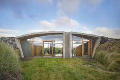 Дом-землянка в Исландии по проекту дизайн-ателье Studio Granda - http://archiq.ru/dom-v-islandii-po-proektu-dizajn-atele-studio-granda/
