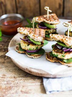 """Jeg må tilstå, at burgere er ét af de måltider, som jeg aldrig bliver træt af – de kan varieres på et utal af måder og jeg elsker både vegetarburgere og burgere med en stor, saftig bøf. I min bog """"Low Carb fra The Food Club"""" er der faktisk to burgeropskrifter; en """"almindelig"""" cheese/bacon burger, …"""