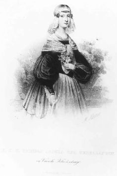 H.K.H. prinses Sophia der Nederlanden in Vriesche Klederdracht. Sophia Louisa Wilhelmina Maria (1824-1897), prinses der Nederlanden, dochter van koning Willem II, gekleed in Friese klederdracht. Zij draagt kanten kapje met sieraden op voorhoofd, langs de oren en rond de hals. Opvallend zijn de grote pofmouwen die vanaf de bovenarmen zijn ingezet. Rond haar schouders is een kanten omslagdoek geslagen. De prinses houdt een toefje rozen in haar linker hand. 1840 M. Mourot; lithografie…