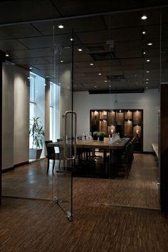 Mezzanine  Salle : 480 pi2  Dimensions: 16.8 pieds x 24,7 pieds Style U : N-A Style carré fermé : N/A Style Ecole : N/A Style conférence : 16 personnes Théâtre : N/A