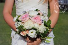 Bouquet fresco e giovane, di peonie, lisianthus, piccole roselline ramificate e rose Sweet avalanche, con molto verde. Bouquet perfetto per uno stile semplice,e per un matrimonio all'aperto.