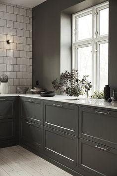 How to put your kitchen credenza? Interior Design Videos, Interior Modern, Interior Exterior, Home Interior, Interior Design Inspiration, Kitchen Interior, New Kitchen, Beige Kitchen, Kitchen Chairs