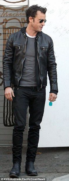 Orlando Bloom rides motorcycles with Justin Theroux black leather jacket over a grey shirt, black jeans, boots and aviators. Rugged Style, Black Leather Jacket Outfit, Cool Jackets For Men, Stylish Men, Men Casual, Herren Outfit, Badass Style, Looks Style, Jacket Style
