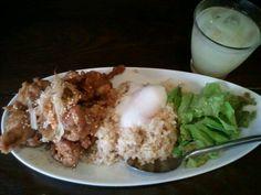 9/10 「なかめくん」で鶏の唐揚げ南蛮ご飯¥500 注文してから揚げてくれる唐揚げが六つも。 あと、ドリンクも付いてます(紙パックのを自分で注ぐんですが)