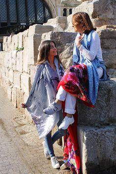 Con Claudia frente al mercado central, en la muralla romana y con unos fulares o chales de seda y forro Julunggul