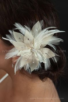 I love the tan/champagne colors in this fascinator. Would look good with some of the hairstyles I pinned.