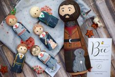 Hand Painted and Wooden Harry Potter Themed Toys! Set available in My Shop also! This Listing is to make your own Set. Choose from Drop Down Menu and let me know in Notes to Seller which ones you like. Made to Order! Wood Peg Dolls, Clothespin Dolls, Wood Toys, Harry Potter Toys, Making Wooden Toys, Wooden Pegs, Wooden Diy, Kids Wood, Diy Doll