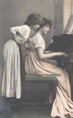 Sisters at piano = Magic Moonlight Free Images Antique Photos, Vintage Pictures, Vintage Photographs, Old Pictures, Vintage Images, Old Photos, Album Photos, Vintage Girls, Vintage Roses