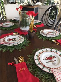 Festive Christmas Table Setting Ideas * Hip & Humble Style Christmas Dining Table, Christmas Tabletop, Christmas Table Centerpieces, Christmas Greenery, Christmas Table Settings, Christmas Tablescapes, Christmas Home, Christmas Decorations, Holiday Decor