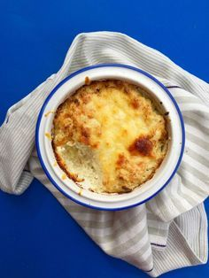 1 blomkålshoved 100 g Pikant Flødeost 100 g revet ost (f.eks. cheddar) salt og friskkværnet peber