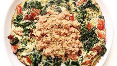 Zin in makkelijk en snel (avond)eten? Dan is een frittata ideaal. Het is vullend en gezond! Ingrediënten voor 1 persoon: 2 eieren 200 gr spinazie 4 tomaten 3 zongedroogde tomaten 80 gr tonijn, uit blik Peper, zout, knoflook en peterselie naar smaak Kokosolie, om in te bakken Breek de eieren en kluts ze door elkaar. … Fish Recipes, Snack Recipes, Cooking Recipes, Healthy Recipes, Lunch Wraps, Paleo Dinner, Fish Dishes, Food Inspiration, Good Food