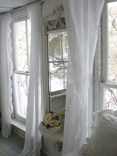 White shabby curtains on white shabby windows in a white shabby house. White Cottage, Cozy Cottage, Shabby Cottage, Shabby Chic Homes, Shabby Chic Style, Shabby Chic Decor, Cottage Style, Lace Curtains, Linen Curtain