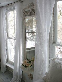 Charmante Gardinen für das Wohnzimmer: Lace curtains at the windows, a must for country charm!