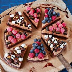 - Draft cake with milk chocolate frosting that you cut into pieces and tops with sweets and berries. Raw Food Recipes, Dessert Recipes, Swedish Recipes, Delicious Chocolate, No Bake Desserts, Let Them Eat Cake, No Bake Cake, Love Food, Bakery