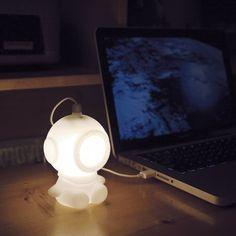 Une veilleuse pour enfant... ou une lampe pour personnaliser votre espace de bureau et si au milieu de la nuit vous communiquez avec la terre entière ce scaphandrier vous tiendra compagnie. En blanc, jaune ou rose. Prise USB.