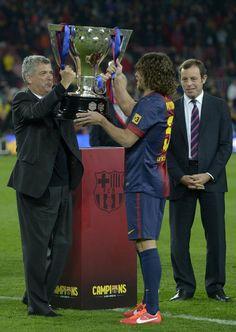 El Barcelona recibió a la conclusión del partido ante el Valladolid el trofeo de campeón de Liga 2012/13 de manos de Ángel María Villar. Puyol, en otro gesto de grandeza, prefirió que fueran Abidal y Tito quienes alzasen el título.