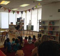 """Gilmar contando el cuento. Actividad """"Monsters in the library"""" en la Biblioteca Central de Móstoles. 8/7/2014"""
