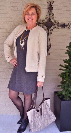 9. Look bom para ambientes fechados: jaqueta bege com vestido mescla curto, meia fina e botinha de cano baixo e bico fino.  Dica de estilo: esse tipo de meia deixa a perna linda. Foto: 50 is Not Old