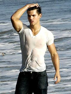 After the first part of Twilight , Taylor Lautner became the new sex symbol of the youths. By his good physique every one was inspired and wanted know Taylor Lautner fitness secrets. Taylor Lautner Sin Camisa, Tyler Lautner, Taylor Lautner Shirtless, Jacob Black Twilight, Twilight Saga, Nikki Reed, Logan Lerman, Cameron Boyce, Wet T Shirt